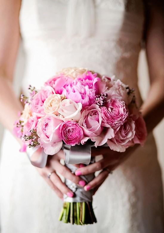 hoa hồng song hỷ cầm tay cô dâu