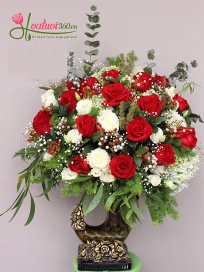Bình hoa hồng đỏ sang trọng