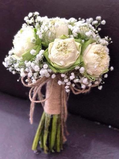 Bó hoa cầm tay cô dâu sen trắng kết hợp baby