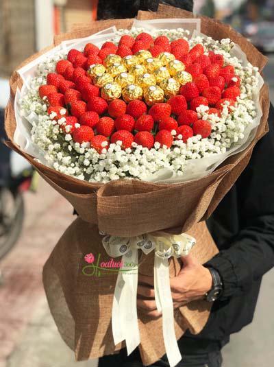 Bó hoa dâu tây kết hợp socola ngọt ngào