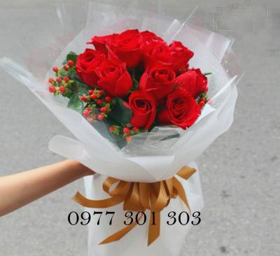 Bó hồng đỏ chuỗi ngọc