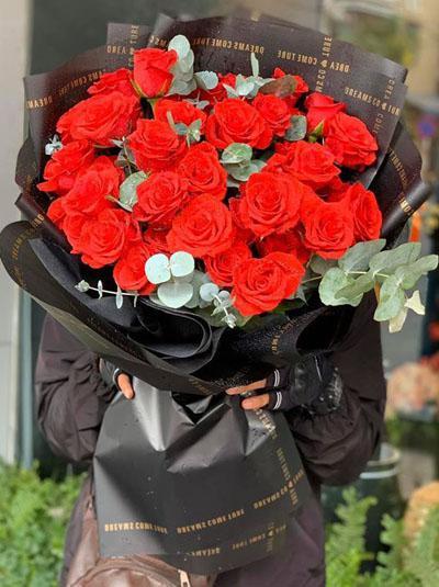 Bó hồng đỏ tình ấm nồng