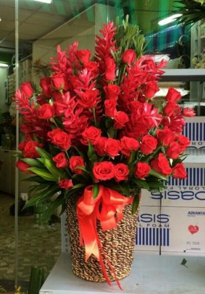 Giỏ hoa đỏ may mắn