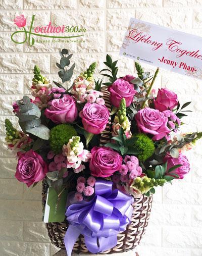 Giỏ hoa hồng Ecuador tím