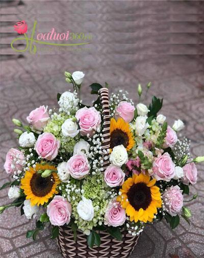 Giỏ hoa ngập tràn niềm vui