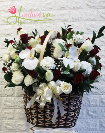 Giỏ hoa tone đỏ trắng  sang trọng