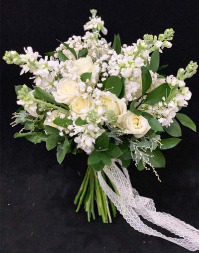 Hoa cầm tay cô dâu - Cô dâu trong trắng