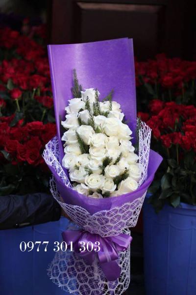 Bó hoa hồng trắng 20 bông thể hiện sự thuần khiết