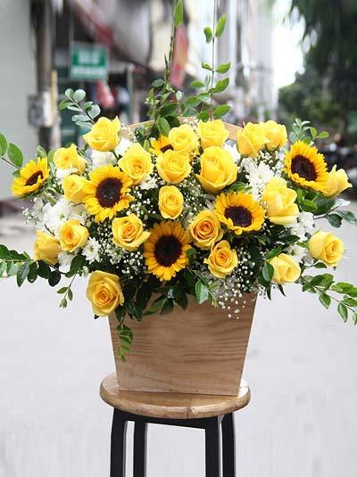 Hộp hoa chúc mừng tone vàng thịnh vượng