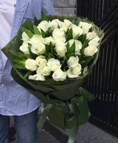 Bó hoa hồng màu trắng 25 bông lòng chân thành và đức hạnh