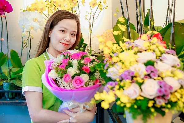 Nhân viên cắm hoa tươi tại Hoa tươi 360