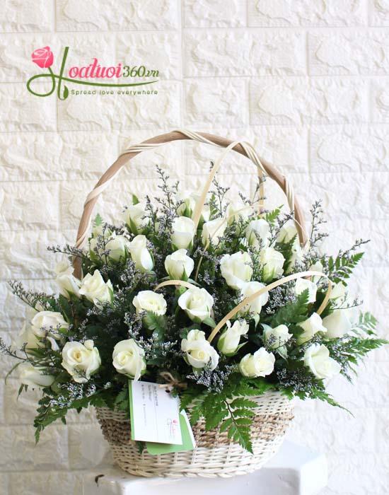 Giỏ hoa hồng trắng nét đẹp tinh khôi