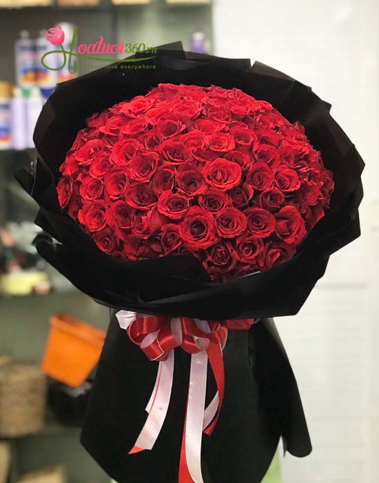 Bó hoa hồng đỏ tròn rực rỡ thể hiện tình yêu mãnh liệt