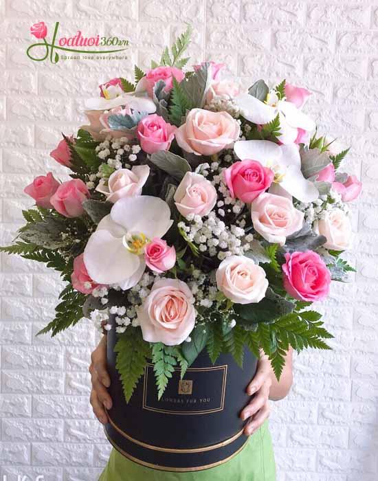 Hộp hoa hồng kết hợp với nhiều loại hoa khác dành tặng nhân dịp chúc mừng