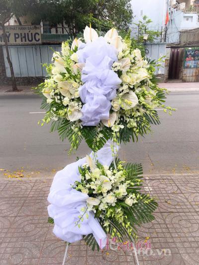 Kệ hoa tang tại cửa hàng hoa tươi đường hòa hảo