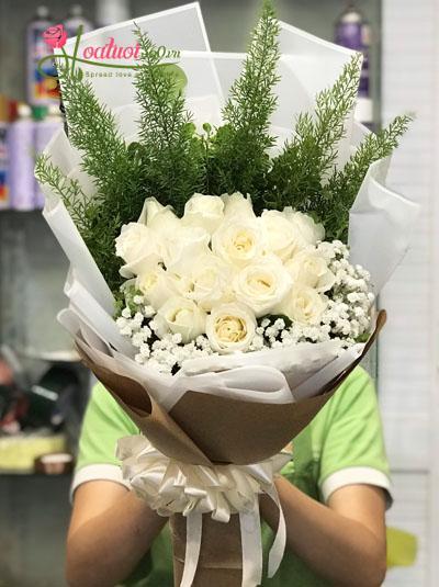 Bó hoa hồng trắng nhẹ nhàng sương khói