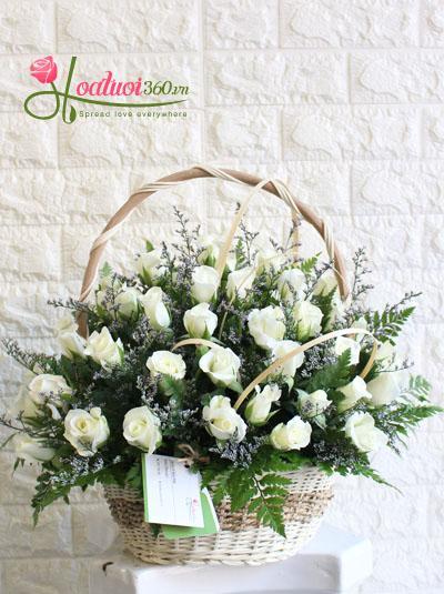 Giỏ hoa hồng trắng nét đẹo tinh khôi