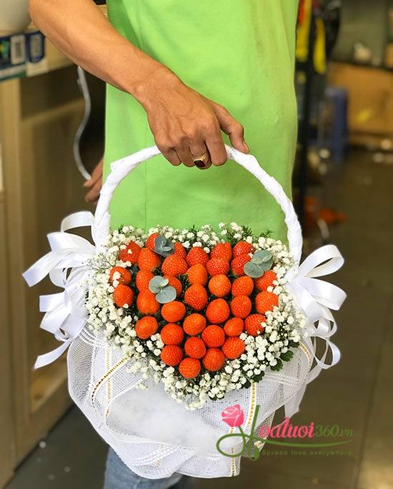 Giỏ hoa dâu tây trang trí