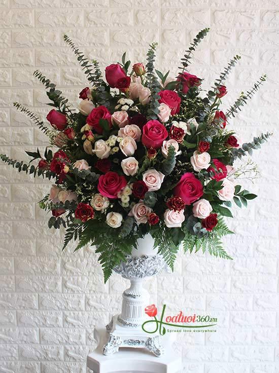 Bình hoa chúc mừng từ hoa hồng thật đặc biệt