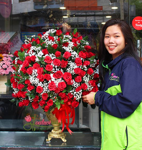 Bình hoa hồng đỏ kết hợp baby hà lan sang trọng