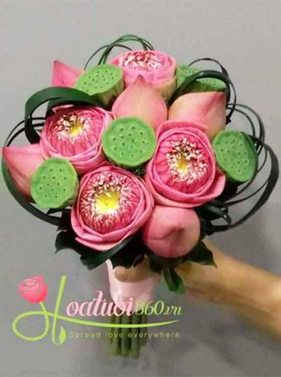 Bó hoa sen đẹp và ý nghĩa dùng hoa cầm tay cô dâu