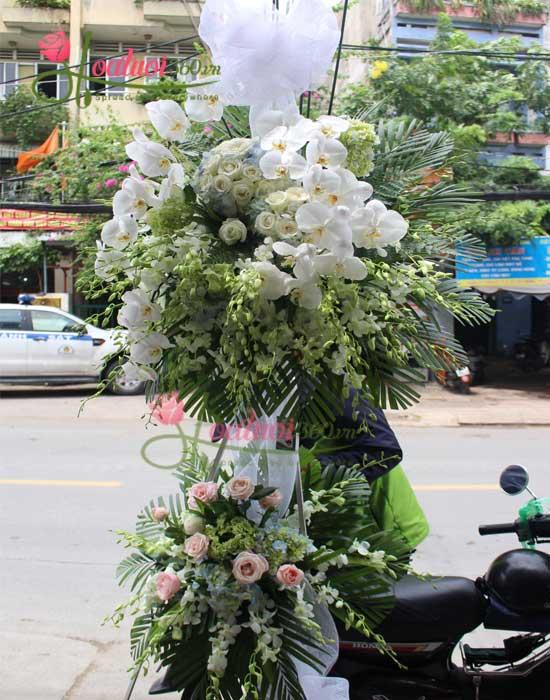 Vòng hoa chia buồn màu trắng sang trọng