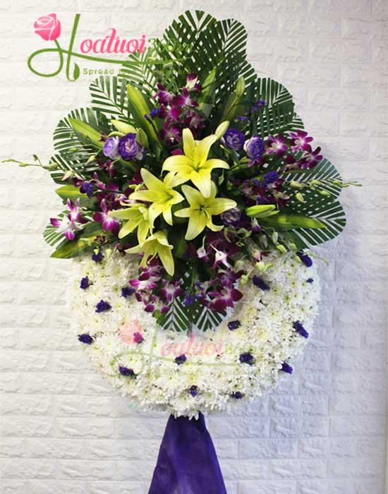 Vòng hoa chia buồn tại cửa hàng hoa tươi hòa hảo
