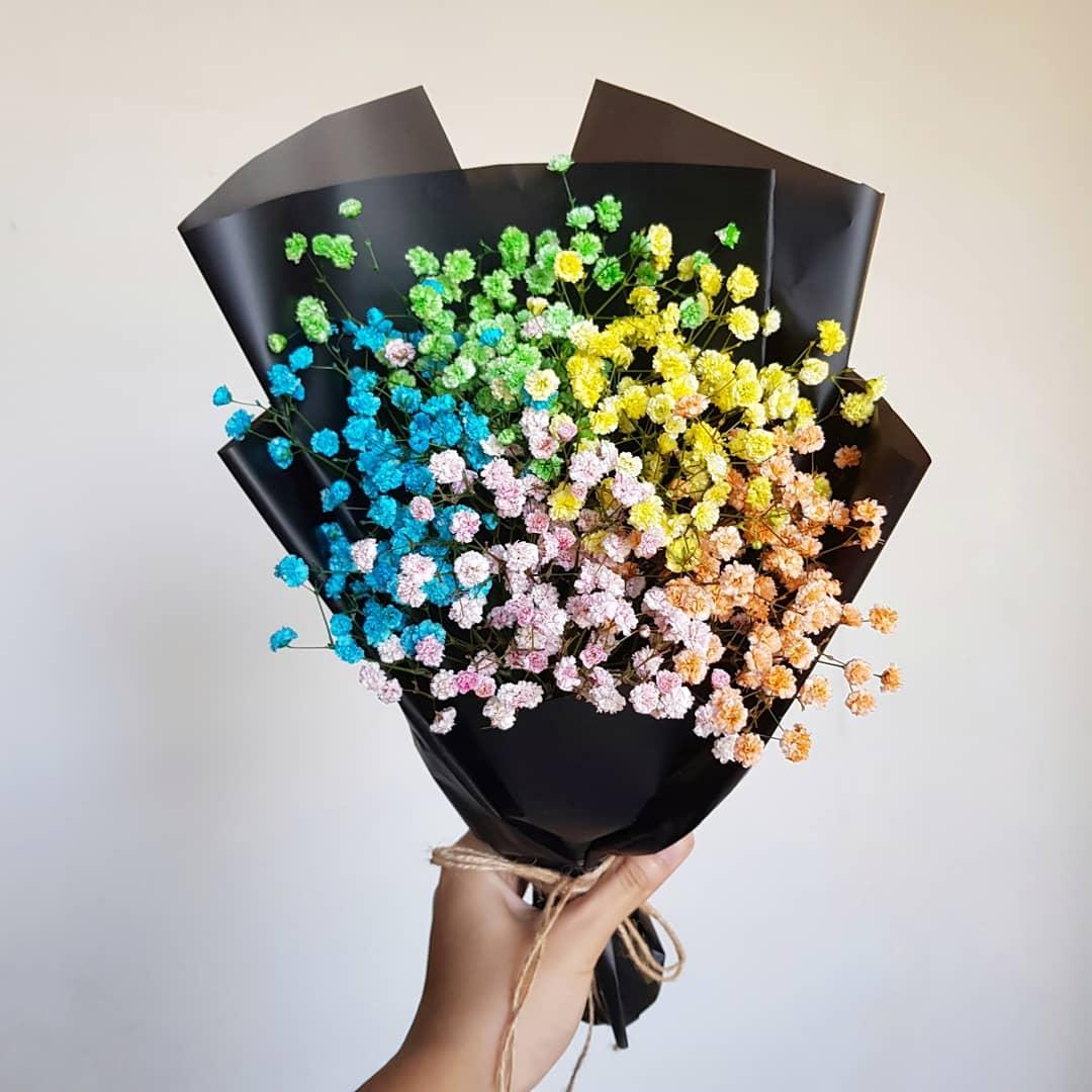Bó hoa nhập khẩu kết nên từ nhiều màu sắc hoa tạo nên bó hoa baby cầu vồng ấn tượng