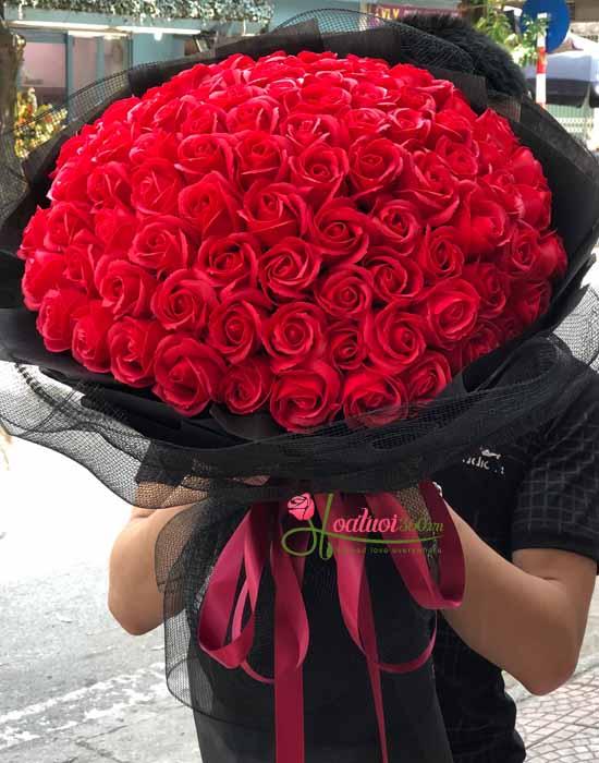 Tặng bó hoa hồng sáp 99 bông bày tỏ tấm lòng của bạn gửi đến cô ấy là mãi mãi