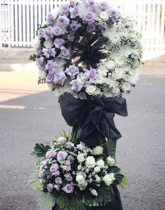 Kệ hoa chia buồn kết hợp nhiều loại hoa